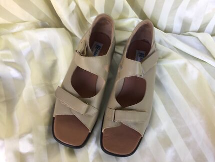 Klouds  NEW leather sandals size 11,beige. Hawthorn Boroondara Area Preview