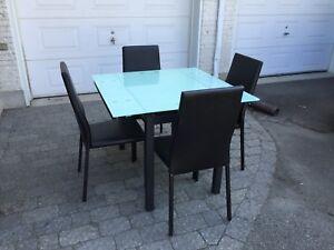 Table en verre et chaises