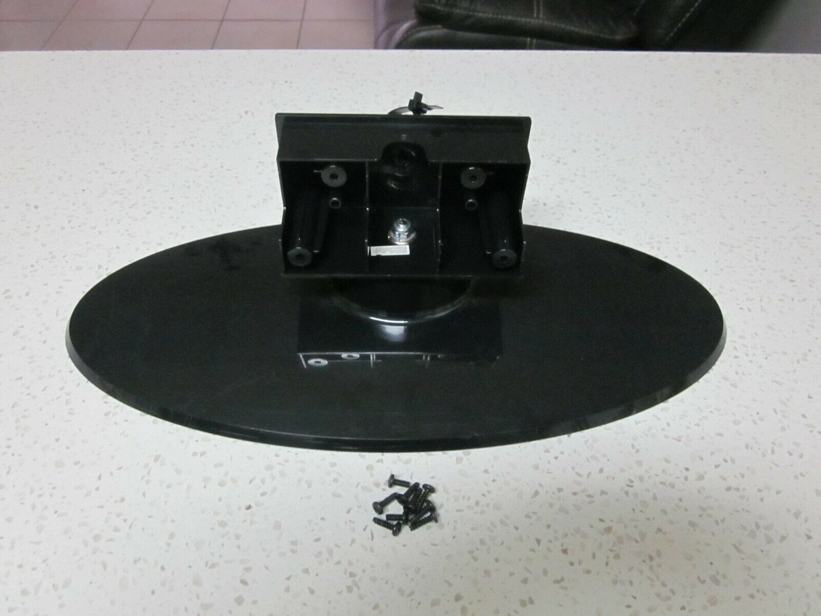 INSIGNIA TV NS-LCD32-09 SWIVEL PEDESTAL STAND COMPLETE WITH SCREWS .