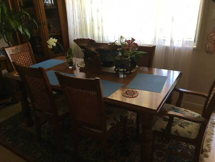 STUNNING DINING TABLE & 6 MATCHING CHAIRS