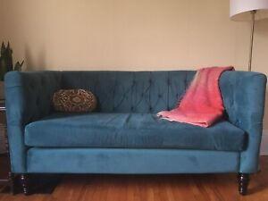 Single cushion tufted couch