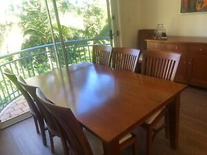Solid timber dining table in very good condition