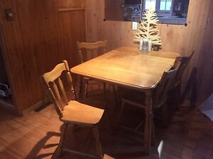 Table de cuisine / 2 rallonges / 4 chaises