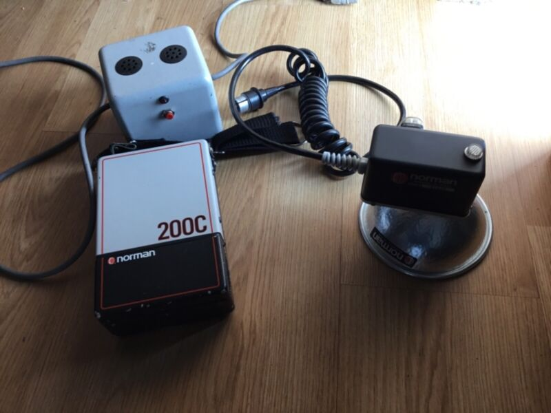 Norman 200C flash kit, includes battery and charger, works good