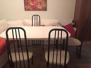 Table et 4 chaises à vendre