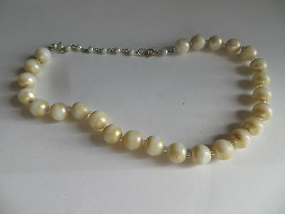 Collier ras du cou composé de perles blanches fort usées