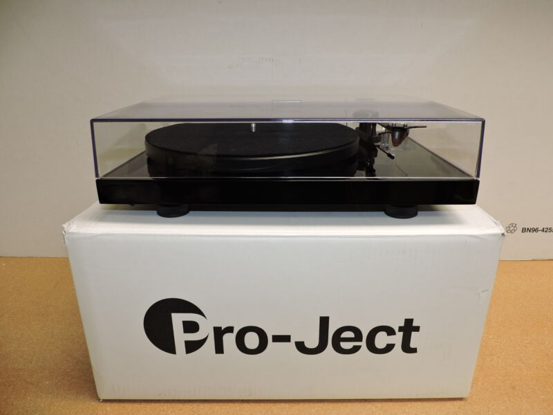Pro-Ject Debut Carbon DC Turntable With Ortofon 2M Red Cartridge (Gloss Black)