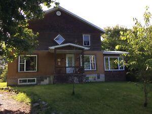 Maison à vendre, à St-Armand, située sur un texte de 7 âcres !