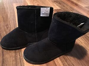 Kids black uggboot style slipper size 6 Narre Warren South Casey Area Preview