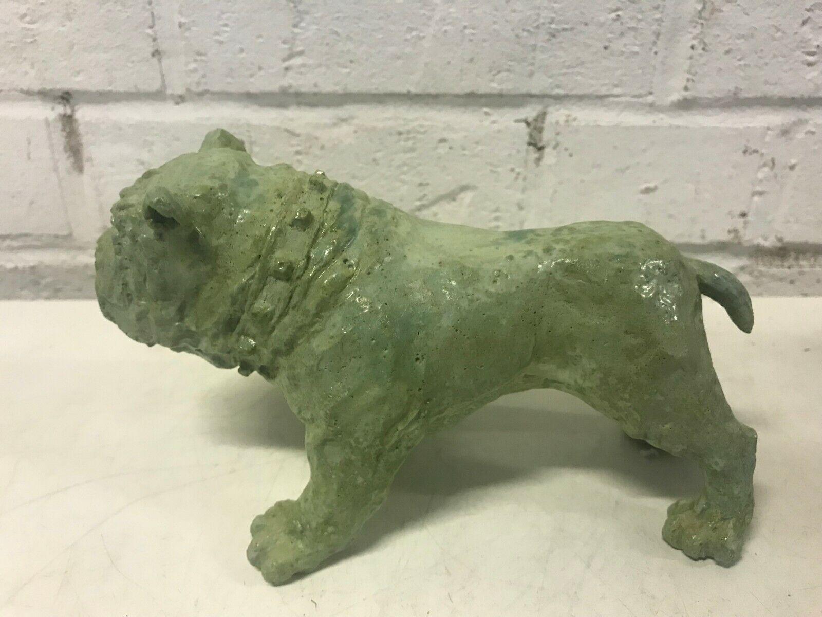 Bulldog anglais figurine vert lustré debout