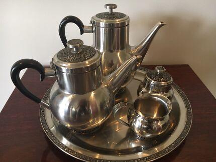 Retro teapots, sugar & cream pots & tray