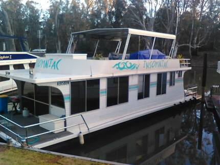 HOUSEBOAT, 3 Bedroom with upstairs party deck