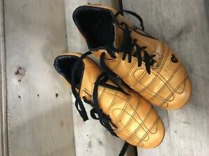 Kids soccer shoes size 4