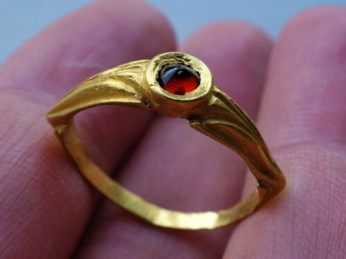 Gold Ostrogothic / Frankish ring with pyramidal shaped garnet,engraved wings