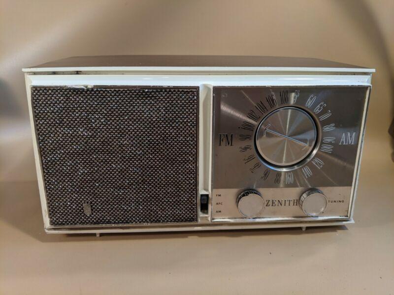Vintage Zenith FM/AM Radio Model M723