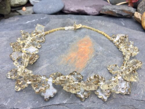 A VERY UNUSUAL VINTAGE ACRYLIC & GOLD-EFFECT FLAKE BEAD NECKLACE