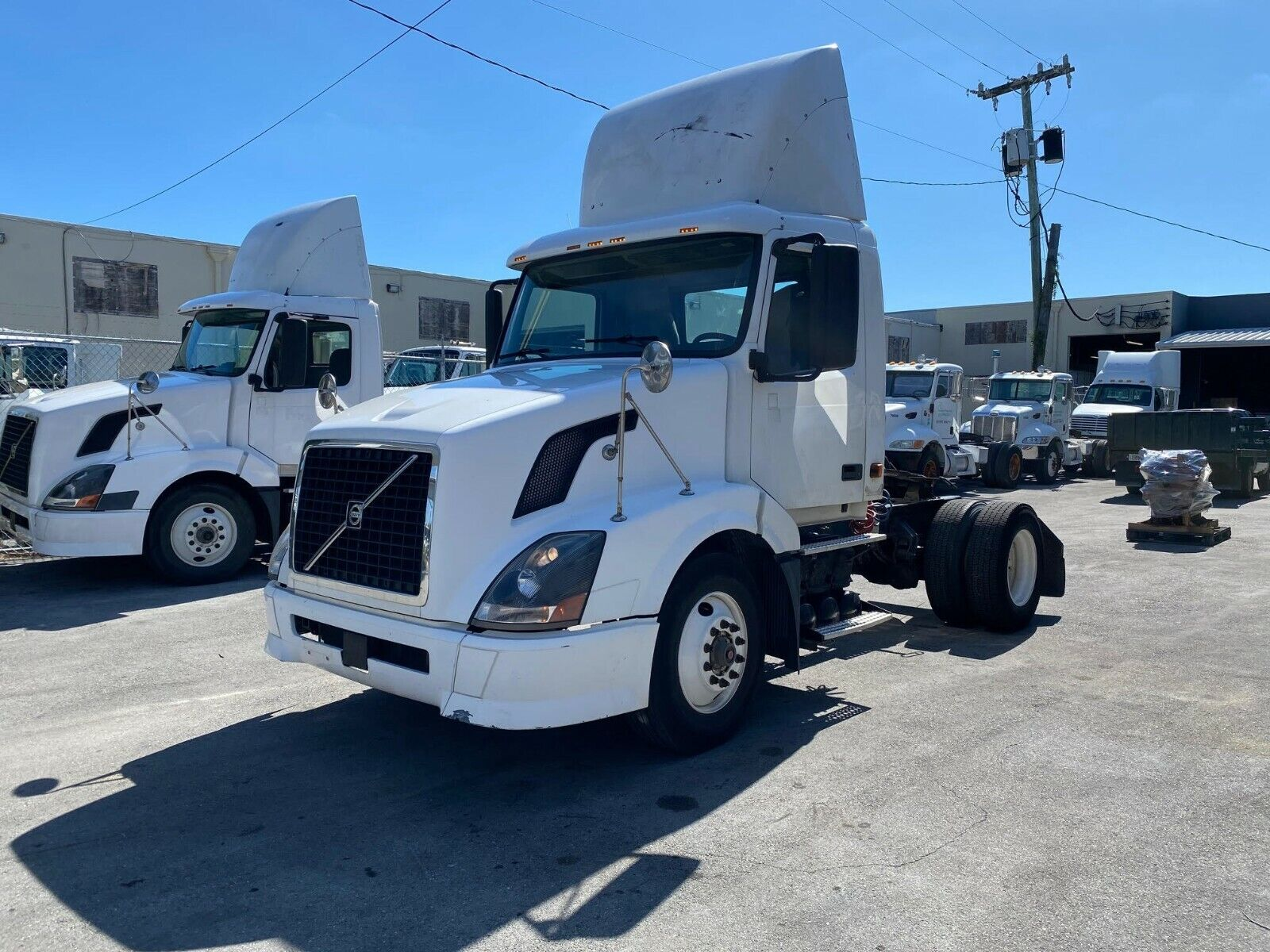 2006 Volvo VNL S/A Day Cab Truck with Cummins ISX Engine