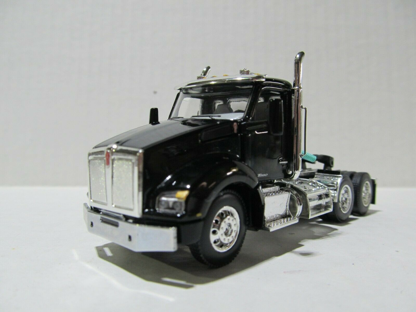 DCP / FIRST GEAR 1/64 SCALE T880 KENWORTH DAY CAB BLACK & CHROME GRAY ENGINE