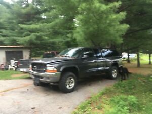 2003 dodge Dakota 4x4 5spd for parts