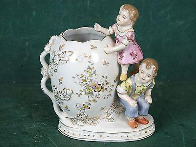 Kleine Porzellan Vase allerliebst mit Figuren Mädchen und Junge verziert gemarkt