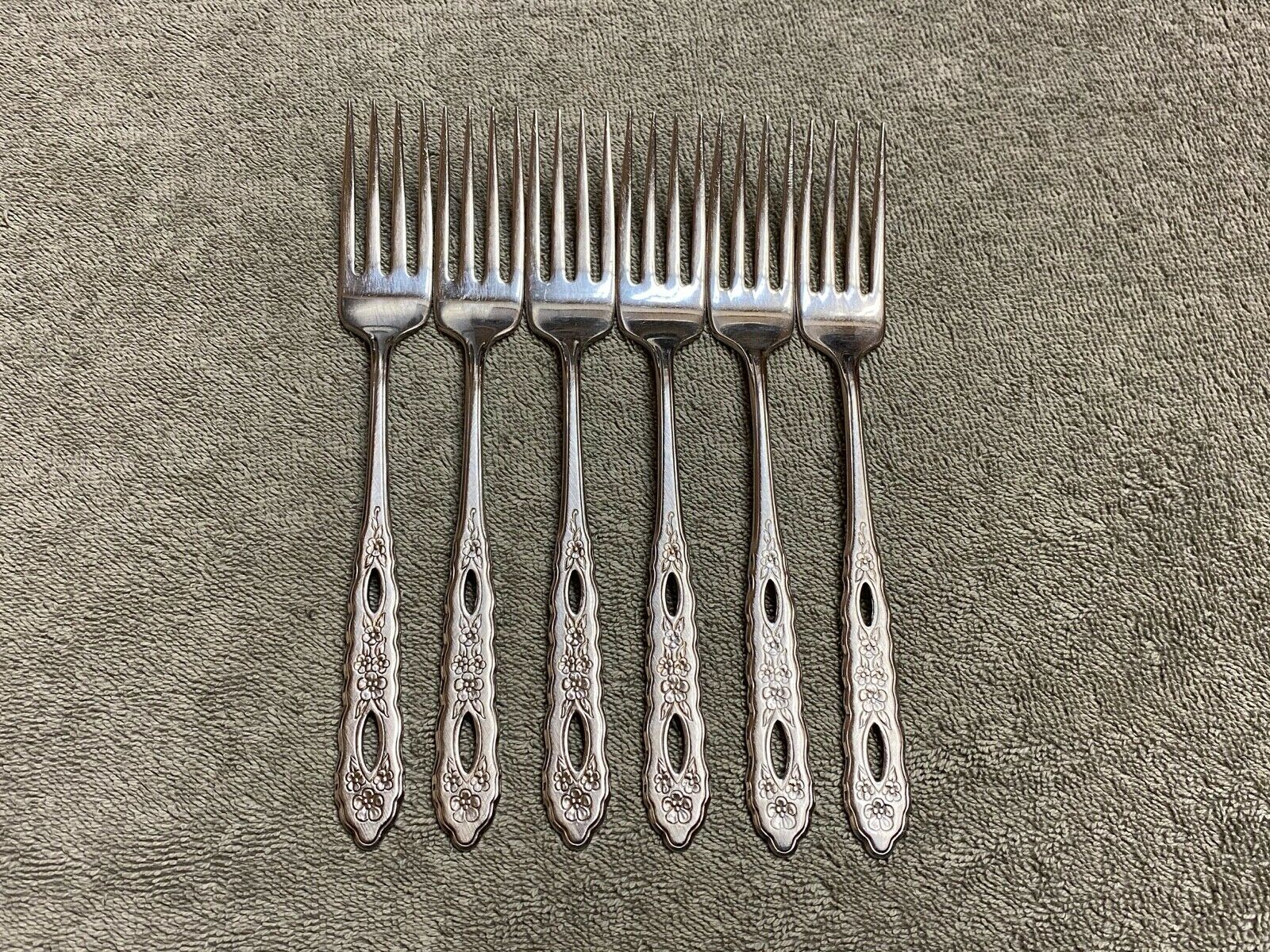 Oneida Deluxe Stainless Steel Flatware 6 Dinner Forks 7.25  - $79.00