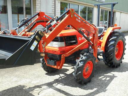Kubota tractor 4 in 1 loader and slasher