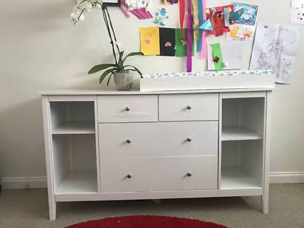 Sturdy chest of drawers with baby change table - white
