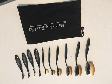 Oval make up brushes