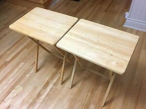 Deux petites tables pliantes