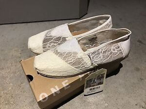 NEW TOMS shoes size 5.5 woman souliers femme NEUF