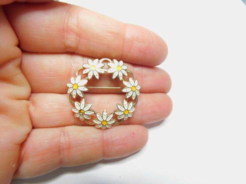 White Yellow Enamel Gold Tone Metal Daisy Flower Circle Brooch Vintage