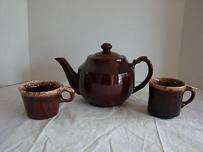 BROWN CERAMIC TEAPOT W/BROWN DRIP TEA & COFFEE CUPS-GUC