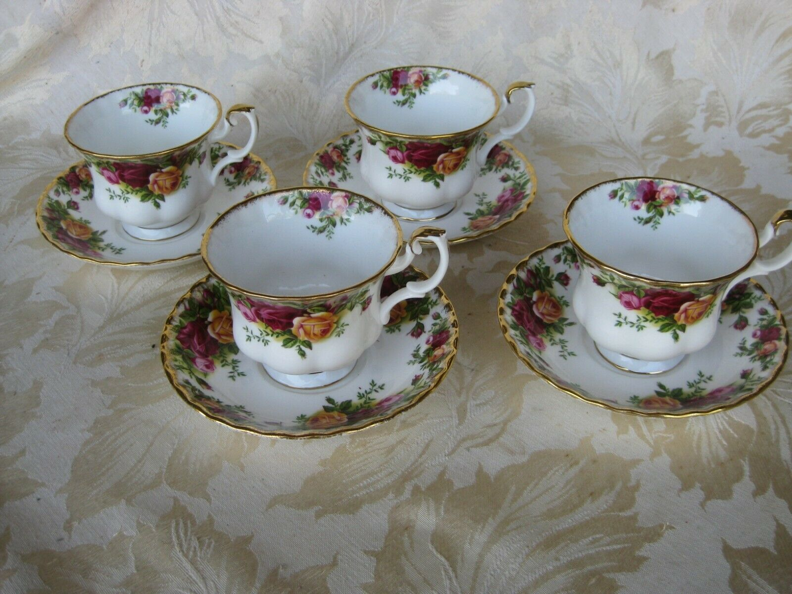Beautiful Set Of 4 Royal Albert Old Country Roses Cups Saucers - $45.00
