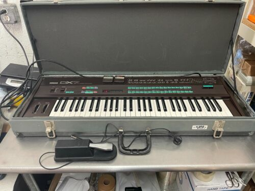 YAMAHA DX7 DIGITAL PROGRAMMABLE ALGORITHM SYNTHESIZER with DATA CARD + PEDAL