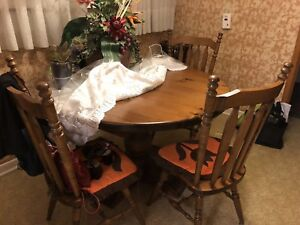 Round Pine wood table with extra sleeve