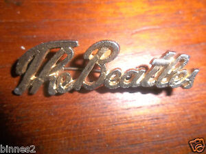 THE-BEATLES-SCRIPT-1960s-BROOCH-BADGE-PIN-GOLD-COLOUR-fully-working-pin-clasp