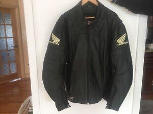Veste de cuir noir pour moto.