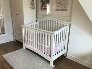 White convertible crib, solid wood, perfect condition