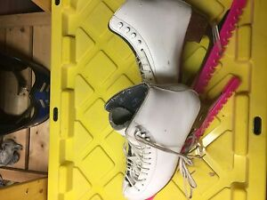GIRLS ICE SKATESWITH GUARDS GREAT CONDITION