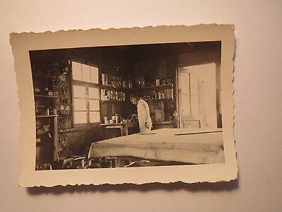 Mann im Kittel in einer Werkstatt mit Farben ? Spachtel / Foto
