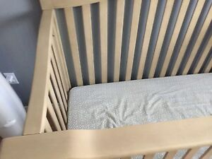 Baby Cache Montana Crib- Includes toddler conversion! Like new!