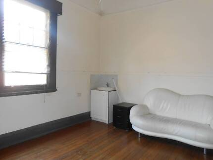 Good Room 1 minute close  to Train a Bus station. Rockdale Rockdale Area Preview