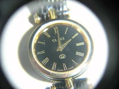 Vintage womens Gucci watch with black leather band 485-G
