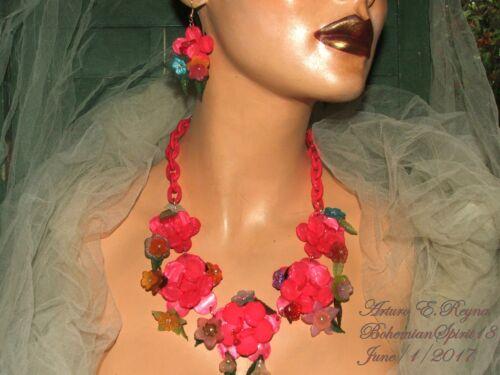 ARTURO E.REYNA PINK PLASTIC LUCITE FLOWERS MULTI COLOR CHARMS NECKLACE SET