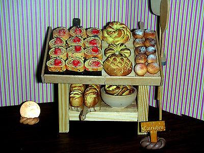 f.d.antike Backstube/Regal mit Erdbeerschnitten/Fassnachtsküchle CATRICHEN1:12