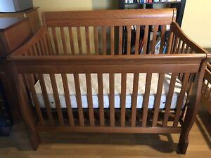 Ensemble lit de bébé et table à langer