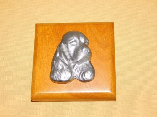 """VINTAGE 3 1/2"""" X 3 1/2"""" METAL PUPPY DOG ON WOOD WALL PLAQUE"""