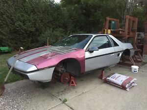 1986 Fiero Se and 1985 Fiero Se with lots of parts.
