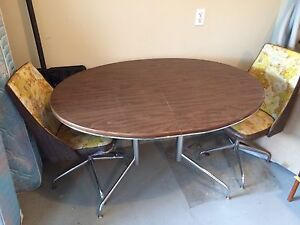 Retro oval table with 5 swivel chairs