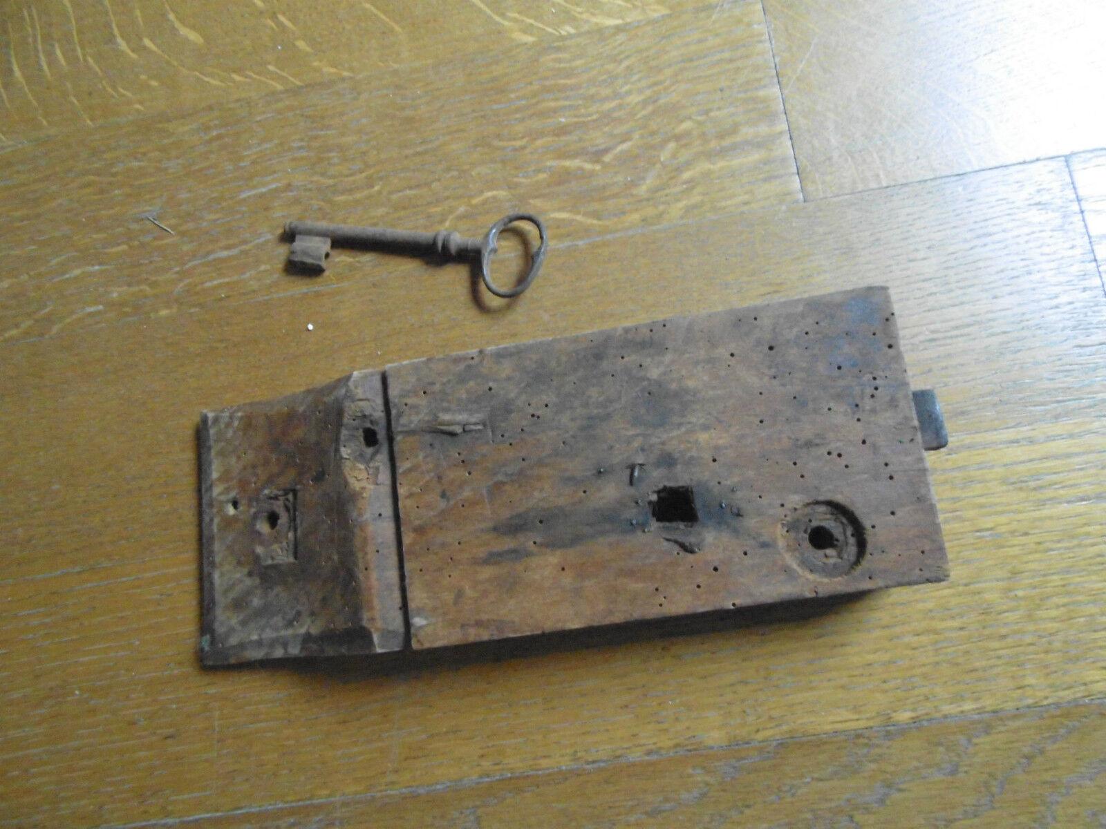 ancienne serrure de porte en bois et fer avec sa clef eur 28 00 picclick fr. Black Bedroom Furniture Sets. Home Design Ideas